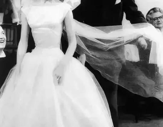 """奧黛麗·赫本:""""在街上喝一杯咖啡,看一看零售店的櫥窗……"""""""
